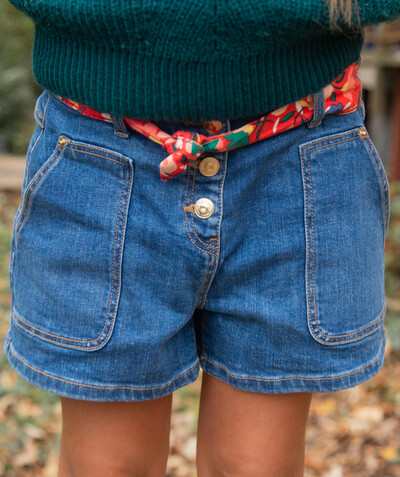 Total denim look radius - SHORTS IN STONEWASHED DENIM WITH A FLOWER-PATTERNED BELT